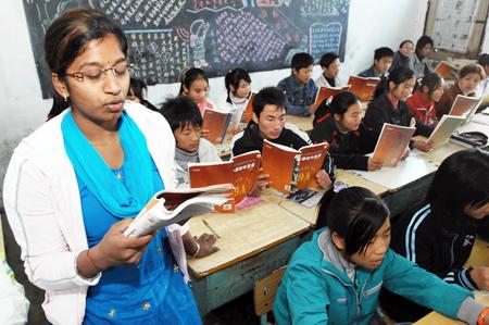Индийский учитель преподает английский язык в Китае